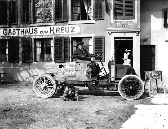 1908: Die Geschichte der Basler Taxis fängt 1908 an. Eine Versuchsfahrt führt zum Gasthaus zum Kreuz in Gempen.