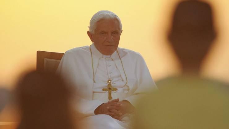 Päpste müssen den Kontrollgriff über sich ergehen lassen.