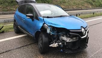 Bei einem Selbstunfall in Diegten kollidierte ein Fahrzeug mit den beiden Leitplanken.