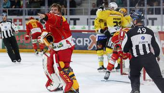 Biel-Goalie Jonas Hiller (l.) reklamiert, die Berner feiern: Der umstrittene Treffer zum 1:0 für den SC Bern.