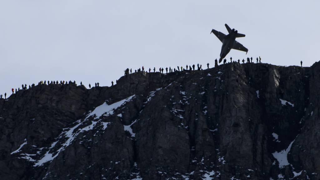 Fliegerschiessen lockt Fans der Luftwaffe ins Berner Oberland
