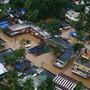Wegen der schlimmsten Flut seit 100 Jahren sind in Südindien Hunderttausende vom Wasser eingeschlossen.