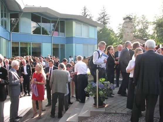Die geladenen Gäste der Einweihungszeremonie treffen sich im Aussenbereich der Saunalandschaft des sole uno.