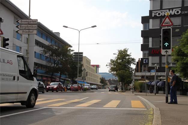 Falle 3: Zufahrt Zentrum: Von der Bremgartner- oder Zürcherstrasse her kommend, gibt es keine Velospur, die ins Stadt- und Einkaufszentrum führt.