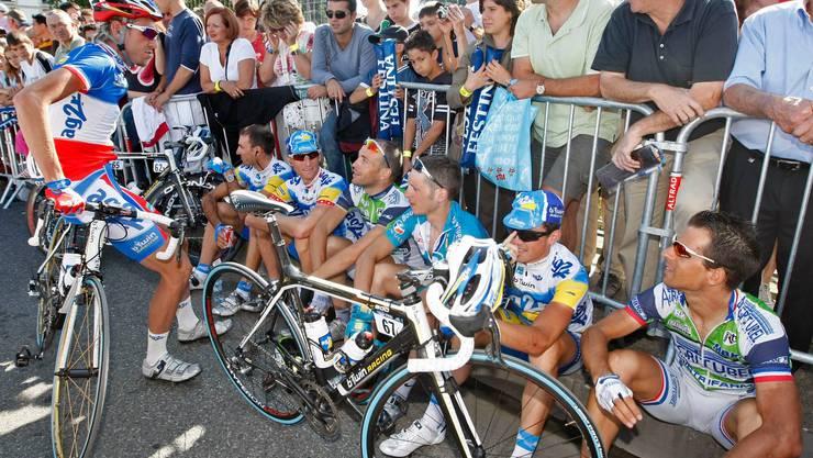 Mit einem Sitzstreik protestieren Fahrer an der Tour de France gegen Dopingaktivitäten gewisser Profiteams. (Bild: Eric Gaillard/Reuters; Orthez, 25. Juli 2007).
