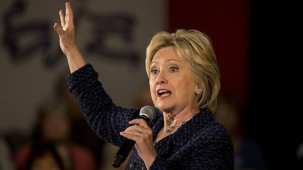Vier zusätzliche Prozent Steuern sollen US-Bürger mit einem Einkommen von über fünf Millionen Dollar abgeben. Das schlägt die demokratische Präsidentschaftskandidatin Hillary Clinton vor.