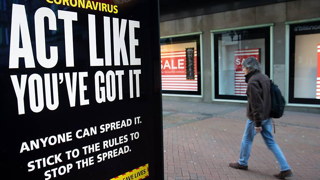Ein Mann geht an einem Corona-Hinweisschild der Regierung mit der Aufschrift(Coronavirus - Verhalte dich so, als ob du es hättest - Bleib Zuhause, schütze das Gesundheitssystem, rette Leben) vorbei, während England sich im dritten coronabedingten Lockdown befindet. Foto: Andrew Matthews/PA Wire/dpa