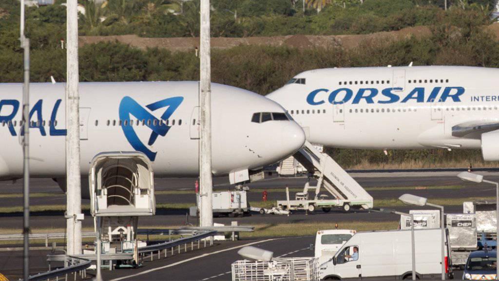 Mit einem weissen Kleinbus wurden die in La Réunion angespülten Wrackteile zum Flughafen gebracht. Von dort wurden die Teile zur Untersuchung nach Frankreich geschickt.