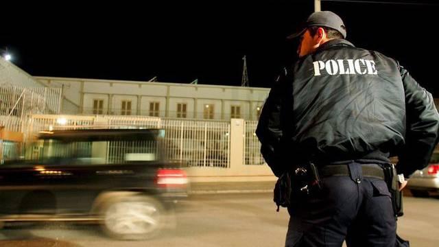 Ein Polizist vor dem Korydallos-Gefängnis in Athen (Archiv)