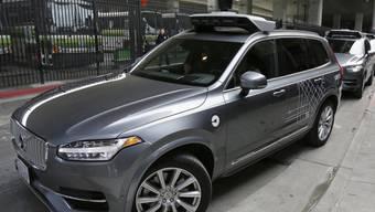 Ein von einem Roboter gesteuertes Auto des Fahrdienstes Uber vor einer Testfahrt in San Francisco. (Archivbild)