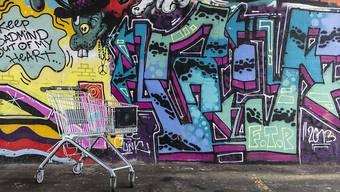Wegen eines Graffitis könnte ein in der Schweiz geborener Ausländer künftig ausgeschafft werden, wenn er wegen eines anderen leichten Deliktes vorbestraft ist. Die Gegner der Durchsetzungsinitiative sehen den Rechtsstaat gefährdet. (Archivbild)