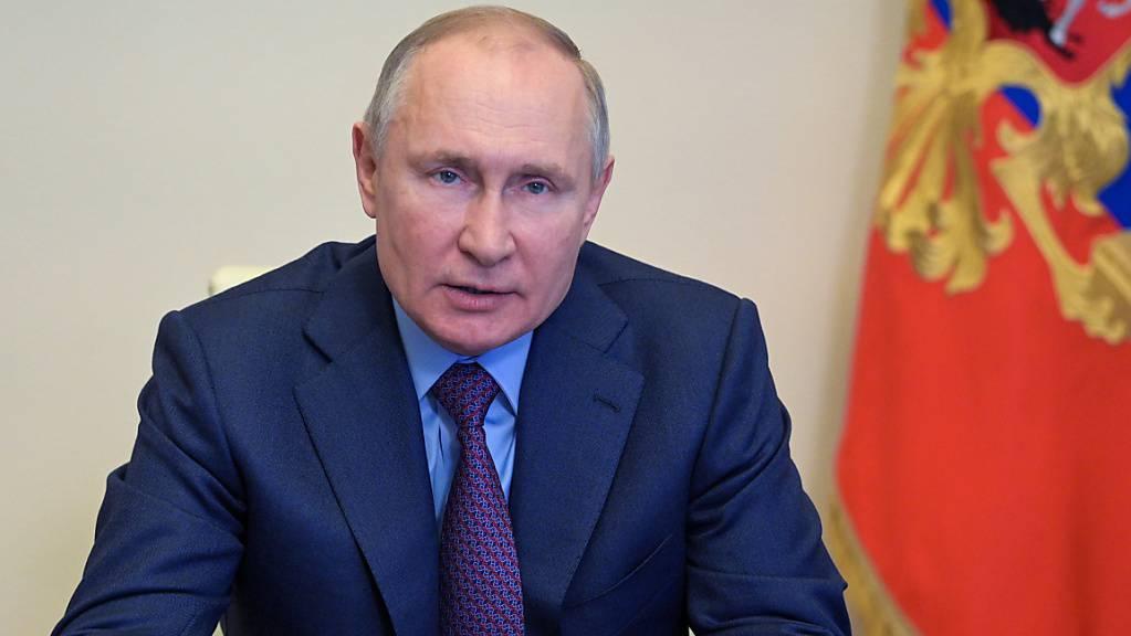 Wladimir Putin, Präsident von Russland, gestikuliert während einer Videokonferenz in der Nowo-Ogarjowo Residenz außerhalb von Moskau. Foto: Alexei Druzhinin/Pool Sputnik Kremlin/AP/dpa