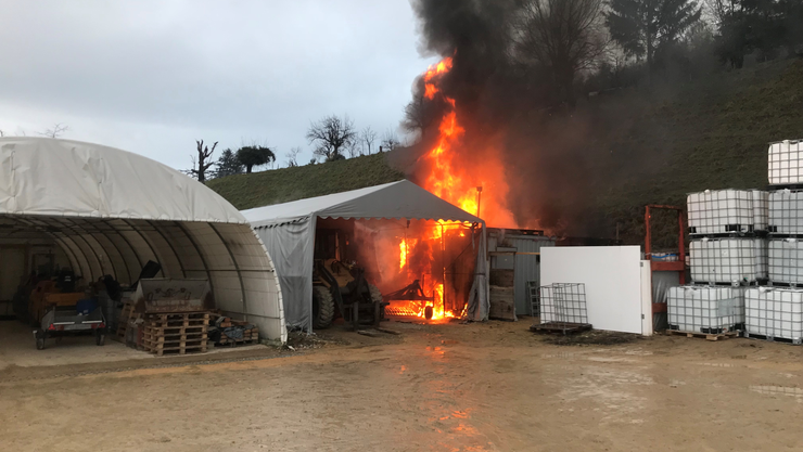 Ein Bürocontainer geriet in Vollbrand.