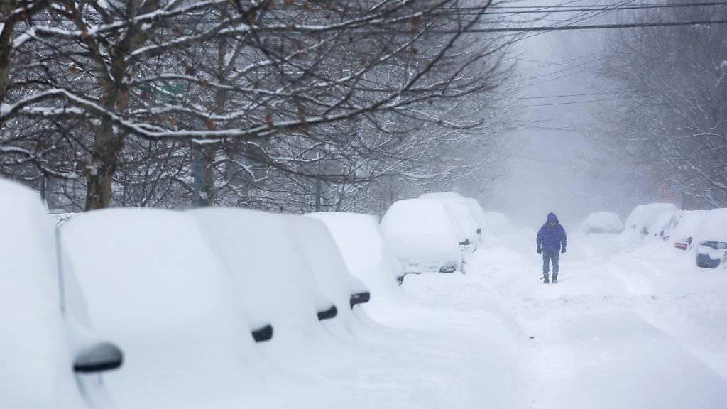 Die heftigen Schneefälle führte zu prekären Strassenverhältnissen. Viele Autofahrer mussten ihre Fahrzeuge stehen lassen.