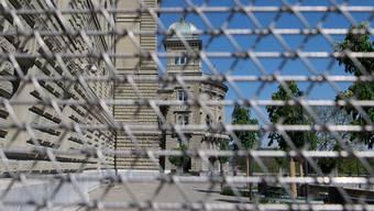 Wer darf noch ins Bundeshaus? Und was wird dort entschieden? Das Parlament musste sich zu Beginn der Coronakrise zuerst einmal selbst.