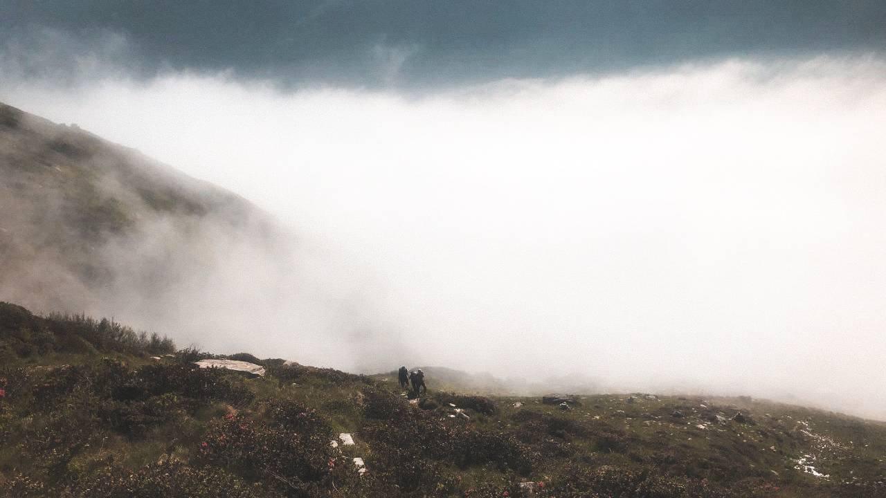 Aus dem Nebel starten Dominik und Céline in die achte und letzte Etappe. (© Radio 24)