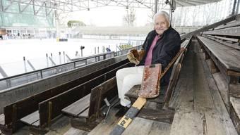 Urs Dieter Jud auf den Holzbänken der «Kunschti», wo heute der EHC Basel sein 85-jähriges Bestehen feiert.