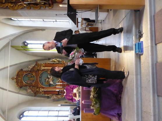 Kirchgemeindepräsident Martin Rötheli ehrt die langjährige Organistin