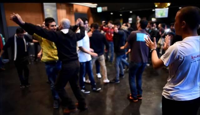 «Refugees Welcome» - Flüchtlinge und Schweizer tanzen in der Oltner Schützi zusammen