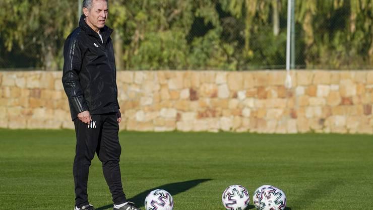 Marcel Koller beobachtet seine Spieler bei der ersten Einheit in Marbella.