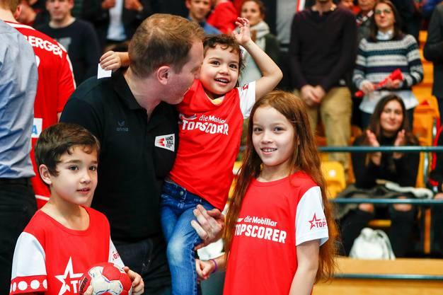 Michael Suter mit seinen drei Kindern anlässlich eines Länderspiels.