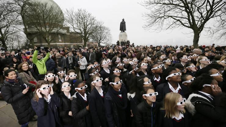 Schulkinder vor dem Königlichen Observatorium im Greenwich Park.