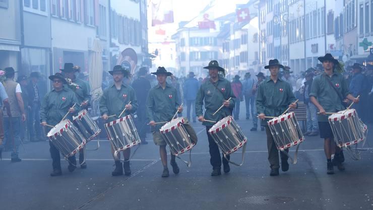 Frühmorgens im Stedtli geben die Tamburen den Takt vor und trommeln die Banntägler zusammen.