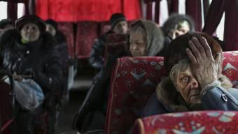 Einwohner von Debalzewo warten auf ihre Evakuierung