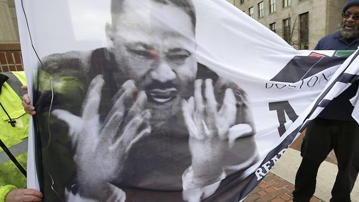 Gehört noch längst nicht eingerollt: Transparent mit Martin Luther King an einem Tag der Erinnerung in Boston im April 2018.