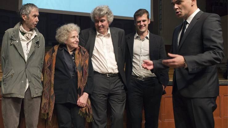 Jean-Marc Lovay, Erica Pedretti, Fabio Pusterla, Schweizer-LiteraturpreistraegerInnen, Vanni Bianconi, kuenstlerischer Leiter des Festivals Babel, das ebenfalls eine Auszeichnung erhalten hat, sowie Bundesrat Alain Berset, von links, unterhalten sich nach der Preisverleihung