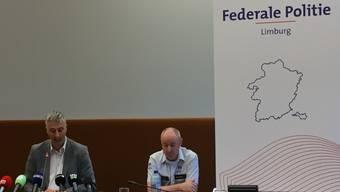 Staatsanwalt Guido Vermeiren (l) und Kris Vandepaer von der föderalen Kriminalpolizei Limburg, bei einer Pressekonferenz der Staatsanwaltschaft Hasselt zur Entführung eines 13-jährigen Jungen. Foto: Marc Dirix/BELGA/dpa