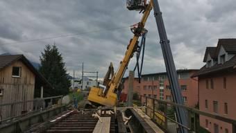 Der schiefstehende Drehbohrer drohte von den SBB-Gleisen auf das Mehrfamilienhaus (rechts) zu fallen.