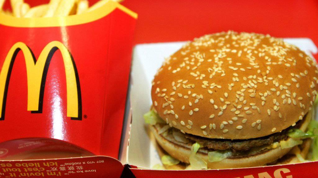 Die Geschäfte der US-Fastfood-Kette McDonald's liefen im vierten Quartal zwar besser als erwartet. Dennoch resultierte ein Minus bei Umsatz und Gewinn. (Archiv)