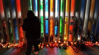 Eine Angehörige besucht am zehnten Jahrestag der Katastrophe von Kaprun die Gedenkstätte