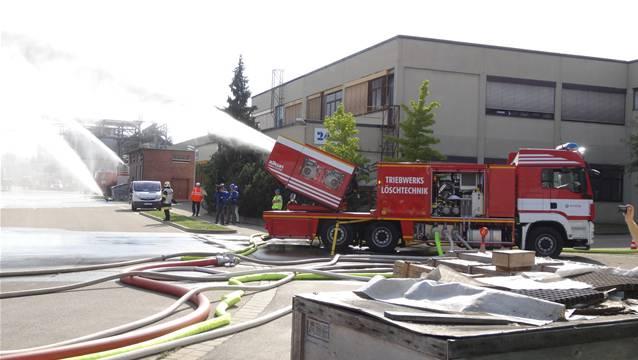 Aerosollöschfahrzeug von Evonik bringt sein Löschwasser mithilfe zweier Düsentriebwerke ins Ziel. – Foto: chr