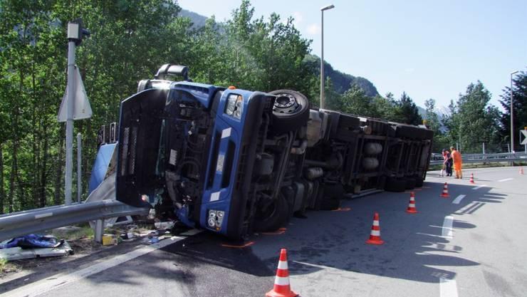 Ladung nicht gesichert: Der italienische Sattelschlepper kippte nach einer Kurve