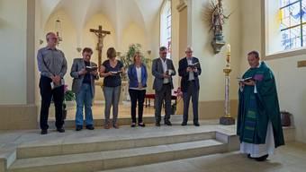 Pfarrer Kai Fehringer (rechts im Bild) vereidigt den christkatholischen Kirchgemeinderat in der Stadtkirche mit dem Vizepräsidenten Beat Wyttenbach (2. von links) und dem damals amtierenden Präsidenten Kurt Stutz (2. von rechts). (Archiv)