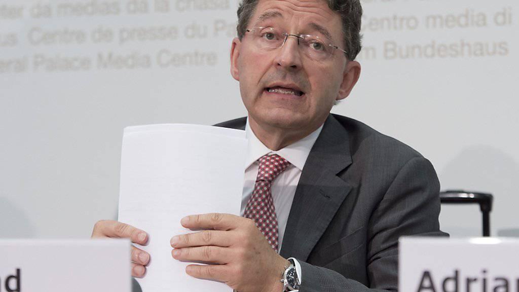 Der Bündner SVP-Nationalrat Heinz Brand gilt als Kronfavorit für die Nachfolge von BDP-Bundesrätin Eveline Widmer-Schlumpf. Am Abend entscheidet die Bundeshausfraktion, wer offiziell als Kandidat für die SVP ins Rennen geht.