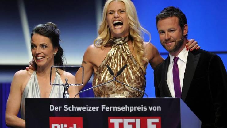 Nik Hartmann (r) hat 2012 zusammen mit Mona Vetsch (l) den Galaabend des Schweizer Fernsehpreises moderiert. Gewinnerin in der Kategorie Star war Michelle Hunziker. (Archivbild)