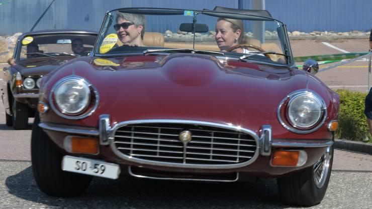 Zwei Frauen drehten mit wunderschönem Jaguar E Type Runden.