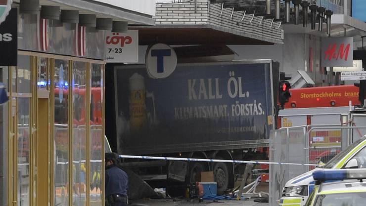 Auf einer zentralen Einkaufsstrasse in Stockholm ist am Freitagnachmittag ein Lastwagen in eine Menschenmenge und anschliessend in ein Kaufhaus gerast.