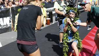 Patrick Lange macht seiner Freundin Julia Hofmann einen Heiratsantrag, nachdem er den Ironman World Championship Triathlon 2018 auf Hawaii gewonnen hat.