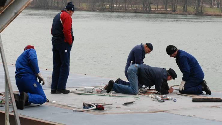 Alles roger? Die Vorbereitung für die Wasserung der MS Seetal läuft.