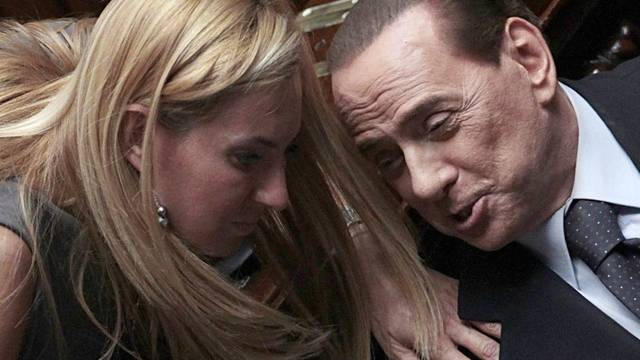 Parteikollegin Michaela Biancofiore gratuliert Berlusconi zu seiner Rede