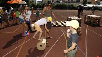 Jung und Alt vergnügen sich sportlich bei der Eröffnung der Dreifachturnhalle in Biberist
