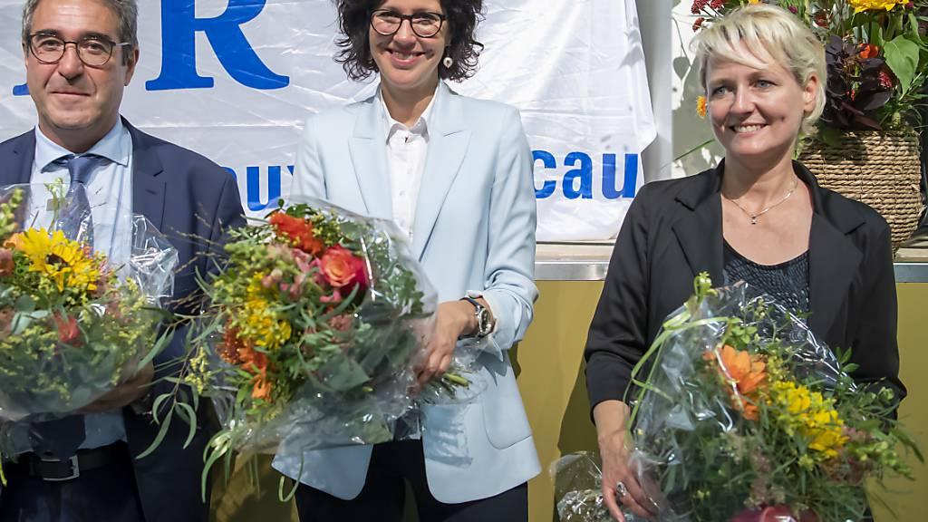 Frederic Borloz (links), Christelle Luisier (Mitte) und Isabelle Moret (rechts) sind von den Delegierten der FDP Waadt für die Staatsratswahlen vom 22. März 2022 nominiert worden.