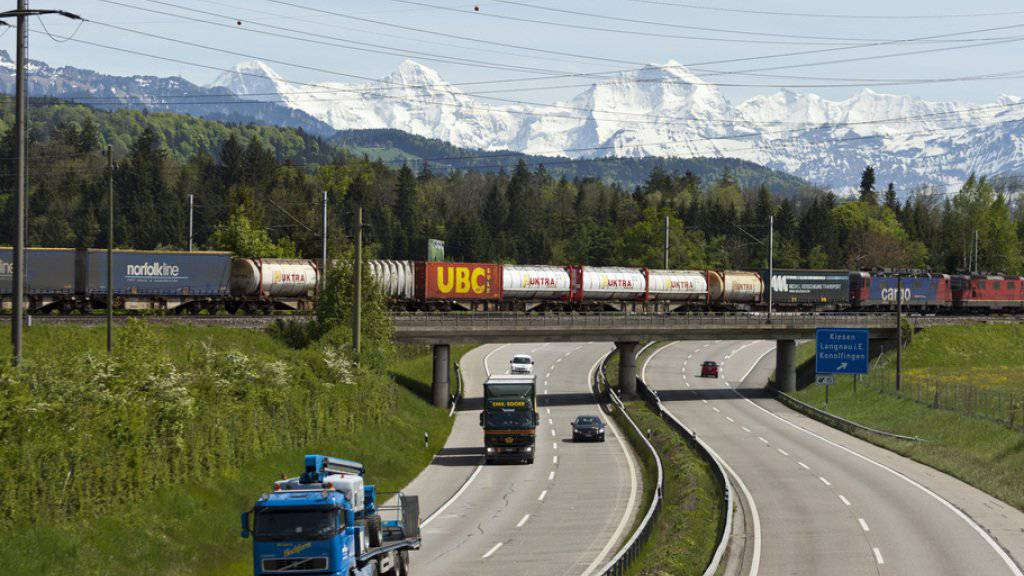Letztes Jahr wurden mehr Güter auf der Schiene transportiert. Die Zahl der alpenquerenden Lastwagenfahrten ging zurück. (Symbolbild)