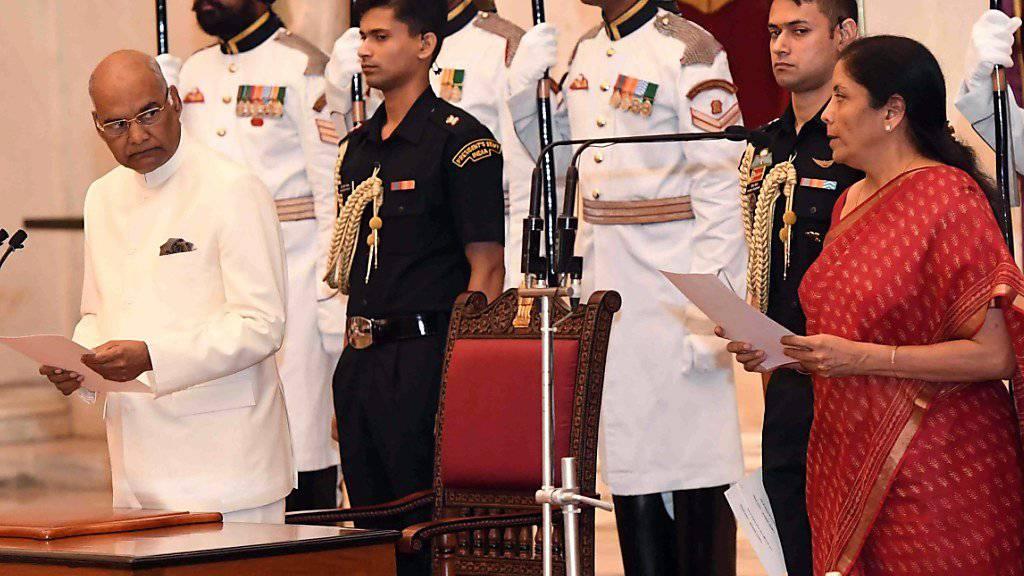 Indien rüstet derzeit militärisch stark auf. Das einflussreiche Ressort liegt nun neu in den Händen von Nirmala Sitharaman (r.) - hier bei ihrer Vereidigung in Anwesenheit von Präsident Ram Nath Kovind (l.).