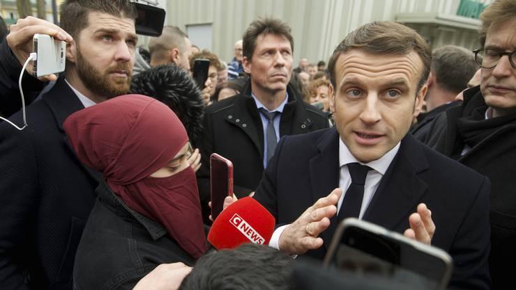 Der französische Präsident Emmanuel Macron stellt sich den Fragen der Bevölkerung und der Journalisten in Bourtzwiller.