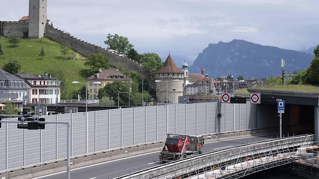 Die Autobahn A2 in der Stadt Luzern wird mit neuen Lärmschutzwänden ausgestattet, was zu Nachtsperrungen in Fahrtrichtung Süden führt. (Archivbild)